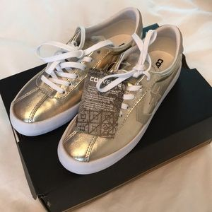 🌟🌟NWT🌟🌟 Converse gold sneakers 🌟🌟size US 5.